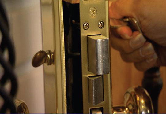 door-showing-deadbolt-lock-542x